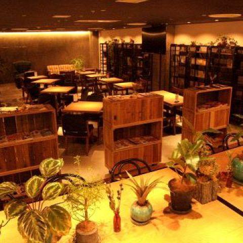 各テーブルやコーナーに飾られたグリーン。インテリアに植物を多用し、観葉植物に囲まれたカフェは居心地抜群!!女性も入りやすい雰囲気なので、のんびり過ごせます♪
