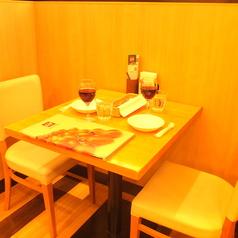 2名様までOKのテーブル席。シックでオシャレなお席は、本場南イタリアをイメージ!座り心地抜群で、ゆったりとお食事できます!