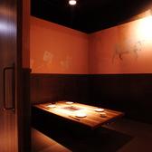 部屋の壁が取り外し可能!4名席から8名席のお部屋にも出来ます♪人数の変更にも対応可能な席配置でゆったりと座れる広めの空間です。接待などで御使い頂き、落ち着いた空間の中で食事をご堪能下さい。焼肉/宴会/貸切/個室ならココ◎