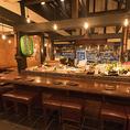 新鮮な食材や活気のある調理場を見ながらお料理を楽しめる人気のカウンター席