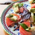 料理メニュー写真完熟トマトとモッツァレラチーズのカプレーゼ