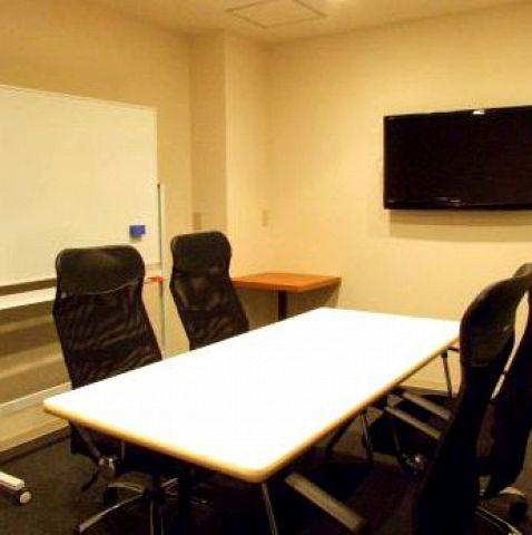 6~10名様まで対応可能な会議室を数室完備しています!打ち合わせや会議などに最適!(1時間3000円/2時間5000円/ドリンクバー付7名様以上お一人様につき1時間+300円)