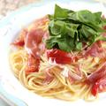 料理メニュー写真生ハムとルッコラ、フルーツトマトのスパゲティ