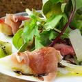 料理メニュー写真彩り豊かな前菜各種