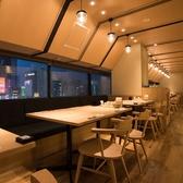 華やかな新宿の街が見えるテーブル席☆カフェのような内装も魅力♪