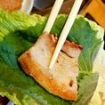 【3. サンチュに乗せます】サンチュとゴマの葉を重ね、その上にお肉を乗せます。(ゴマの葉はお好みでどうぞ)