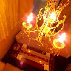 各個室には天井からシャンデリアの光を揺らがせます。