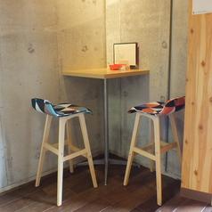 店内角のハイテーブルはカップルに◎一席しかない特別なテーブルなのでご指定の際はお申し付けください。