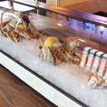 カウンター席目の前には牡蠣ショーケース有♪新鮮な牡蠣をスタッフが目の前で開けてくれます!