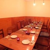 2~4名のお席。つなげれば16名様までお座りいただけます。ゆったりした空間のテーブル席もあります。飲み会やプチ宴会などにもピッタリのお席です。