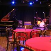 ピアノ、ドラム、ベース・ギターアンプの貸出あり。プロの音響照明