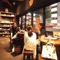 店内はスタッフの陽気な声が飛び交う活気ある雰囲気!ガラス張りの店内にはいつもお客様がいっぱい☆