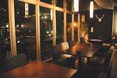 人気のある窓側席は、パテーションで仕切った半個室としてもご利用可能♪ 2~30名様に合わせてお席を作れる自由な空間となっております。