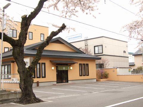 季節で鮮やかに色をかえる桜並木の通り!その中におごそかに佇むさくら通り梅乃寿司