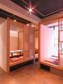 〈全席掘り炬燵個室〉仕切りを外すと、10名様まで収容可能な個室に。