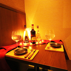 お二人の距離がギュッと近くなるカップルシートは大人気!近すぎず遠すぎず絶妙な席幅となっております♪誕生日や記念日にはサプライズ特典もございますので誕生日デートや大切な記念日にもオススメです☆(新宿 / 肉バル / 個室 / 居酒屋 / 宴会 / 女子会 / 誕生日 / 記念日)