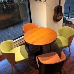 会話を楽しみやすい円卓テーブル席♪ちょっと飲みたいときなど、気軽にご利用くださいませ。