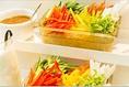 農家直送の高原野菜が魅力。市場をイメージした野菜のコーナーが最初にお出迎えします。・彩りスティック野菜・季節野菜のポテトサラダ・自家製夏野菜のピクルス・野辺山山盛りレタス・体にいい、野菜たっぷり自家製おから など