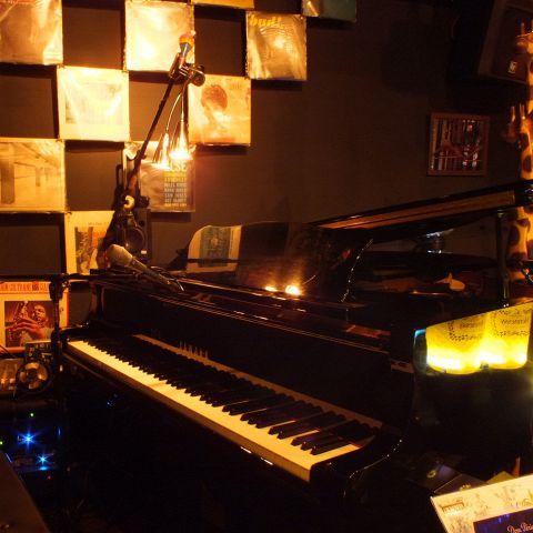 ピアノの周りを囲んだカウンター席☆