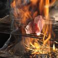 【圧巻の炎】藁焼きの調理風景は必見!大きく燃え上がる炎は迫力満点です!当店の特等席は藁焼き風景がご覧いただけるカウンター席!パフォーマンスを楽しみながら、藁焼きをご堪能ください!