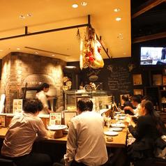 オープンキッチンで安心感のある店内☆L字のカウンターも大人気!