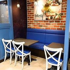 身近なカフェとしてゆっくりとおくつろぎください。テーブル席にもコンセントがございます。