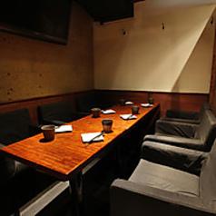 こちらは完全個室のテーブル席でございます。4~6名さま向けのお席となっておりますので、飲み会や女子会などにおススメです。