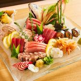 北海道産漁港直送の朝獲れ新鮮な旬のお魚を揃えてお待ちしております。ボリュームも味も申し分なし!大人数様でも満足頂ける飲み放題付き宴会プランも多数ご用意しております。自慢の新鮮食材を使用した絶品料理に舌鼓を打ちながら、当店で特別なひとときをお過ごしください。絶品料理がテーブルを華やかに囲みます!