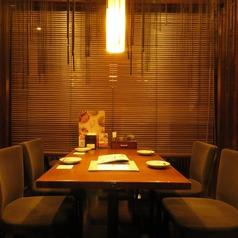 落ち着いた雰囲気のテーブル席。お祝いや会食など様々なシーンに使い勝手◎