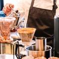 コーヒーもじっくり自家焙煎で丁寧に。エスプレッソにカフェオレ・カフェラテ・カフェラテと様々な飲み方でお楽しみいただけます。カフェタイムは11:00~22:30までOKなので、ランチ後のゆったり時間も、夜ごはんあとのほっこり時間にも、いつでもご利用ください♪