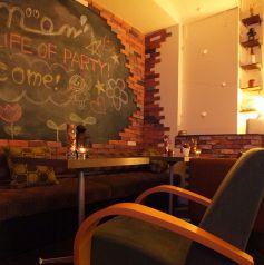 2名用アンティーク風ソファー席もご用意♪後ろの大型黒板は、歓迎会、追いコン、新歓コンパ、記念日・誕生日使いにメッセージでサプライズ☆★