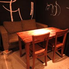 一番奥のテーブル席。ソファのタイプでお好きな方を。