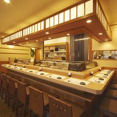 1階はカウンター席をご用意。板前に直接注文をしながら新鮮なネタをお楽しみいただけます。仕事帰りに同僚と一杯楽しむもよし、気心の知れた仲間と夕食を楽しむもよし。日本酒と寿司を囲んで思い思いの時間をお過ごしください。