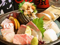 料理メニュー写真《本日の刺》かんぱち/しま鯵/鯛/平目/サーモン/いか/生マグロ(中トロ)/さざえ等