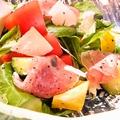 料理メニュー写真彩り野菜の生ハムサラダ