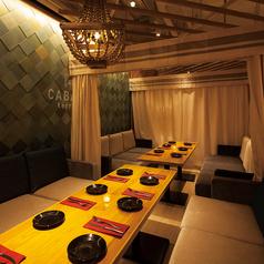 ナチュラルなカーテンで囲われた8名様用のソファ席♪木目を基調としたナチュラルなリゾート空間は各種シーンにオススメです!個室希望のお客様には雰囲気抜群のカバナ個室へ早変わり♪お問い合わせの際に「個室希望」とお伝えくださいませ。
