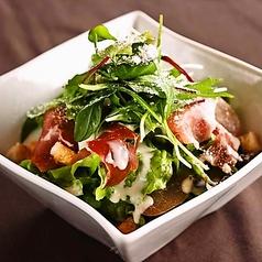 料理メニュー写真ハモンセラーノをのせたシーザーサラダ