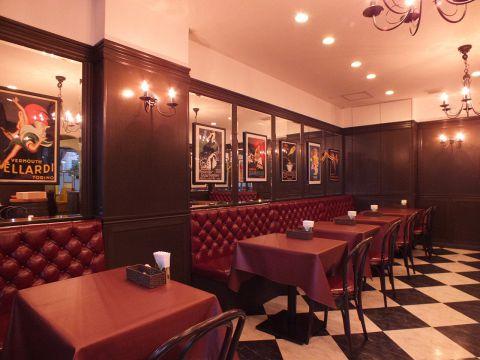 広々としたおしゃれな店内♪ まるで海外のレストランにいるような、非日常感のある上質な空間です。落ち着いた雰囲気と美味しいお料理で、ゆったりとリラックスした時間をお過ごし下さい。