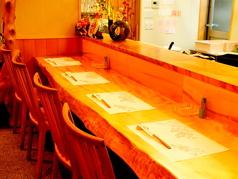 人気のカウンター席です。粋な店長と会話を愉しむことが出来ます。