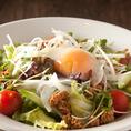 「鶏そぼろと温卵のサラダ」
