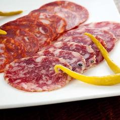 料理メニュー写真イベリコチョリソとサラミの盛り合わせ