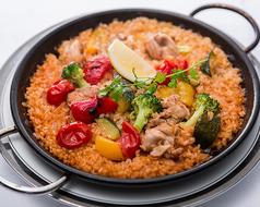 料理メニュー写真ゴロっとチキンと季節の野菜のバレンシア風パエリア
