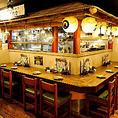 L字型のカウンター席は最大8名様までご着席いただけます。調理場のライブ感を目の前に、料理人と直接会話できるところが魅力です! やぐらのような雰囲気のあるカウンター席はデートやお一人様での晩酌など、ご宴会以外の用途にもおススメのお席です。
