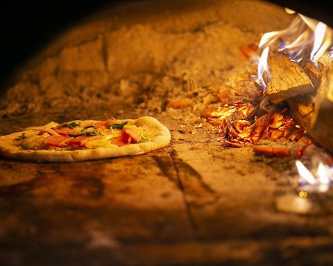 石橋阪大前駅徒歩1分! 能勢産の薪で焼く本場ナポリの窯焼きピッツァ。テイクアウトOK