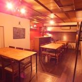 2階にもカウンターがあり、1階とはまた違った雰囲気を味わえます。ウッド調の落ち着いた店内でゆっくりとお料理をお楽しみください。