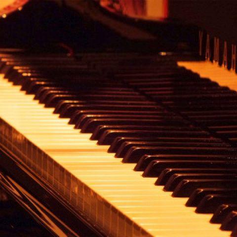 生ピアノ演奏でバースデーソングをプレゼント☆そして、名前入りのBDフルーツプレート&BDドリンク&記念写真をサービスします!ぜひご予約ください☆