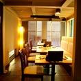 4名様用のテーブル席。比較的静かなお部屋です。少人数でのご利用に最適です。テーブル席をつなげて10から15名様の個室風に出来ます。
