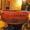 浜炊きとは【漁師の秘密の料理!】昔漁師が漁で獲った魚に感謝をし、大漁を祝って浜で大きな土鍋で煮付けをして、みんなで祝ったものです。当店には60cmほどの大きな土鍋があり、繊細かつ大胆に海鮮の旨味を引き出したおいしい浜炊きが楽しめます!