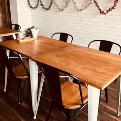 イスとテーブルのお席です。小宴会できます。