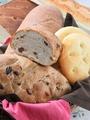 料理メニュー写真日替り自家製パン <ライ麦パン・イチジクとレーズン・ソフトフランス>